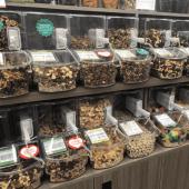 Scoop bin food dispenser for zero waste grocery shopping